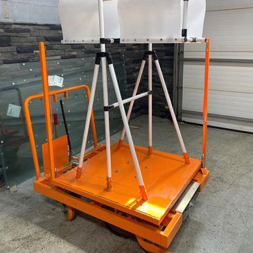 Self loadable steel lift with wheels.